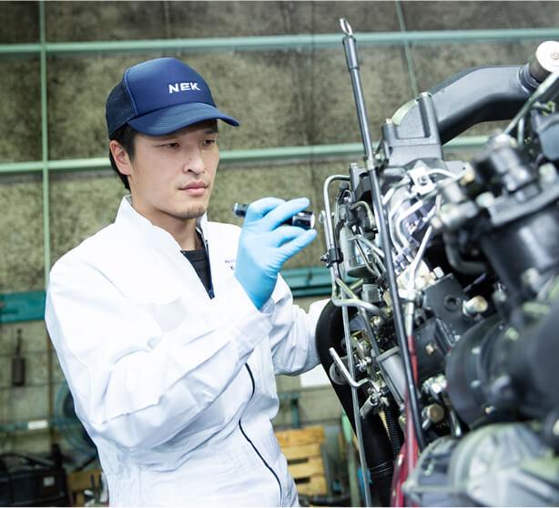 エンジンの分解を行うメカニック担当