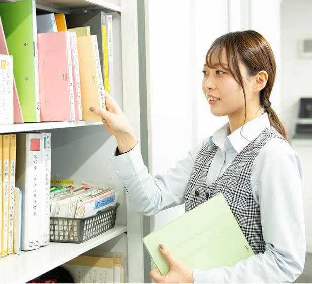 書類を整理する営業事務担当
