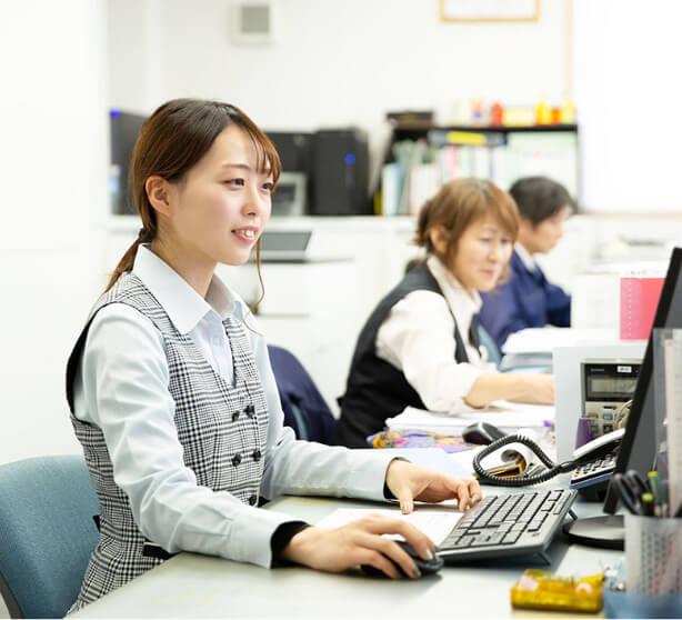 パソコンに向かい仕事をする営業事務担当